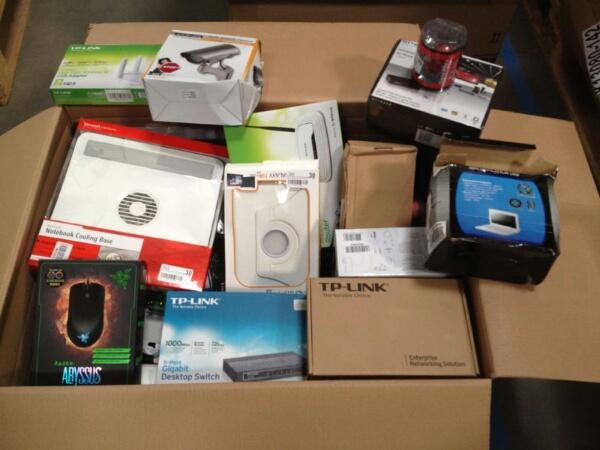 Kleinelektronik Mischkartons Markenprodukte (Speichermedien, Router, Ports, Lader, Tastaturen, Lautsprecher, Handys usw.): Verkaufspreis: 10% vom Marktpreis