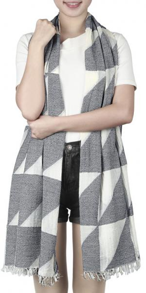 Scarf with triangle patterns and short hand cut fringe in white-grey