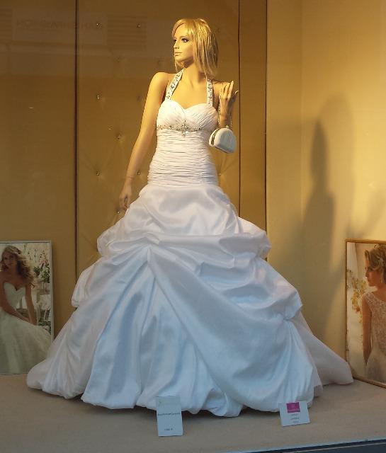 75 hochwertige Brautkleider aus Geschäftsauflösung