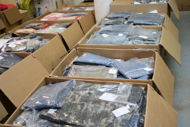 Neuware 1,00  € /St., Posten 7.000 St. Kleidung Textilienmix Damen u. Herrenbekleidung Sonderposten Restposten Palettenware Kleider