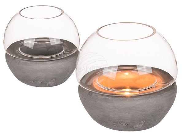 Glas-Windlicht auf grauen Zement-Topf